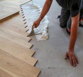 Installatie eiken visgraat vloer verlijmd